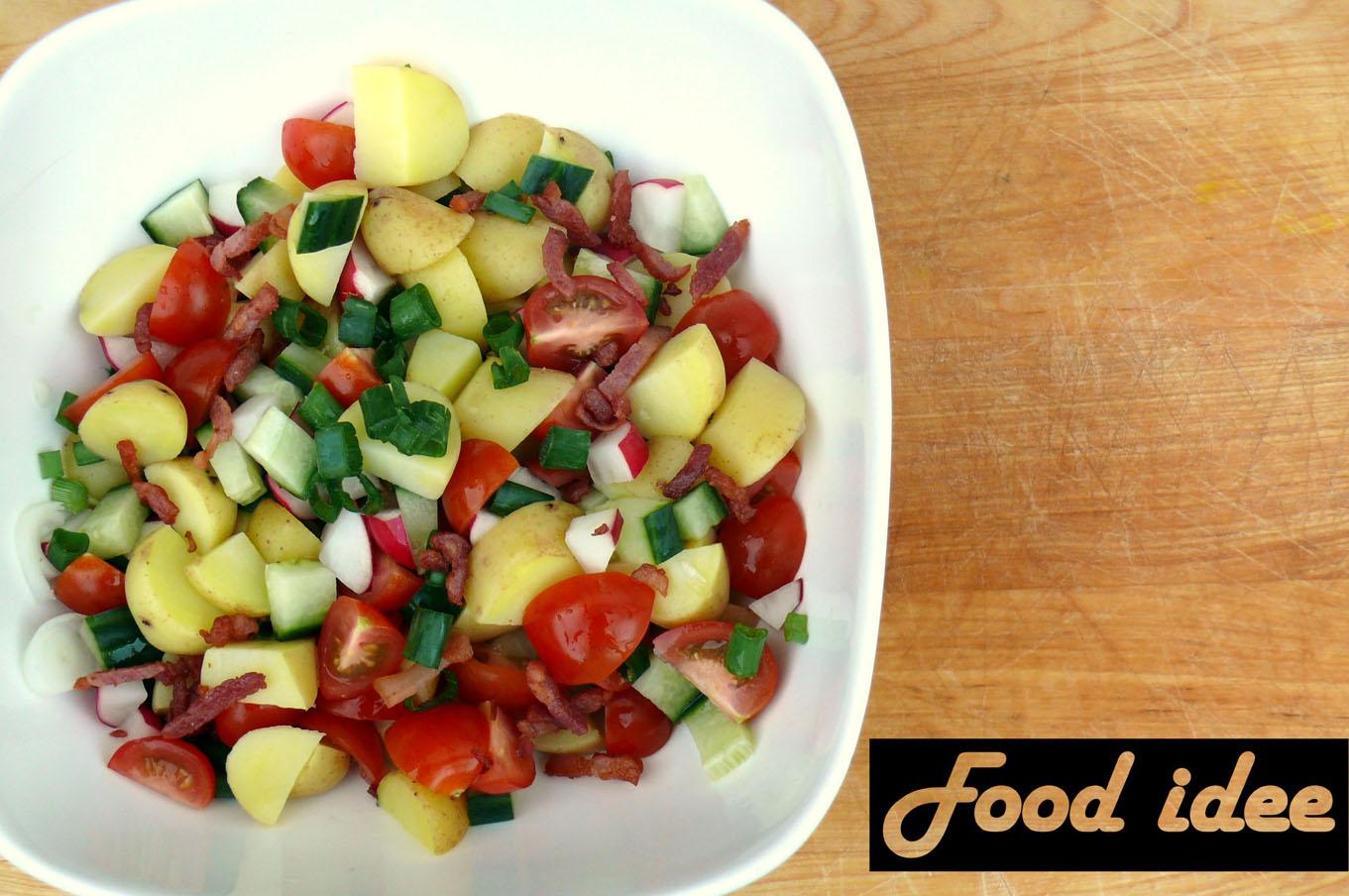 Aardappelsalade met spekjes en tomaat