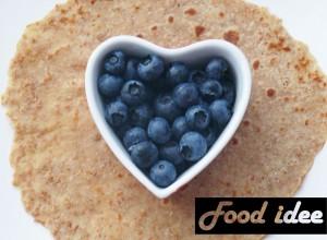 spelt pannenkoeken met blauwe bessen en honing