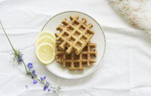 Wafels met lemon curd en maanzaad